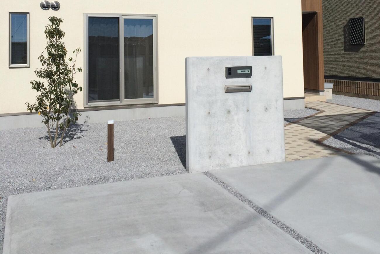 シンプルなコンクリート門柱